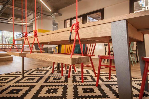 Dans l'espace partagé de Sundesk, travaillez sur des balançoires ou sur le canapé. Freelances, indépendants, startups...tout le monde se retrouve dans les espaces Sundesk pour travailler