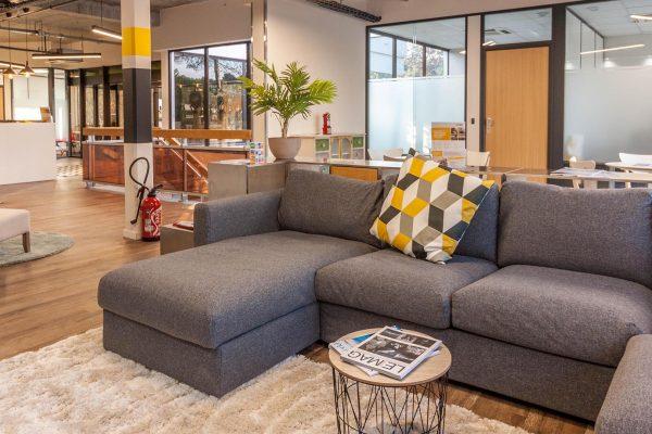 Découvrez l'espace partagé de Sundesk à Sophia Antipolis. Des espaces partagés de travail moderne et cosy